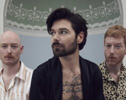 """Biffy Clyro con """"'The Myth of the Happily Ever After'"""